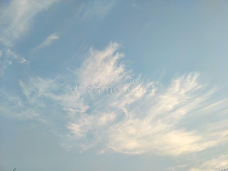 Pionowo wizerunek niebieskie niebo i biel chmurnieje na dniu zdjęcie stock