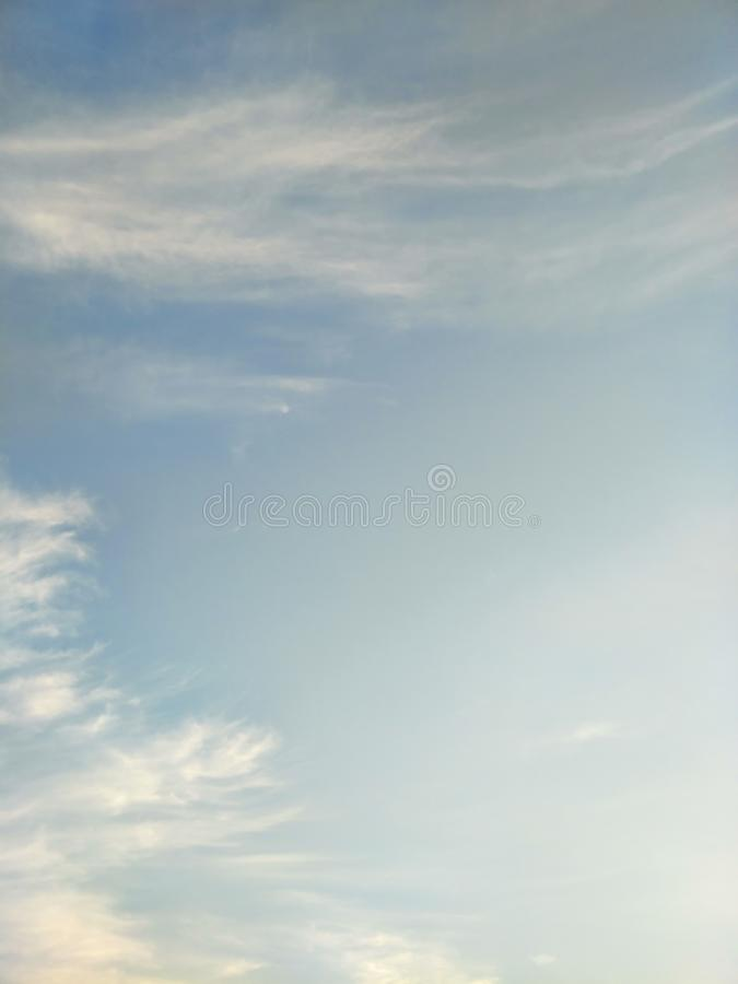 Pionowo wizerunek niebieskie niebo i biel chmurnieje na dniu obrazy stock