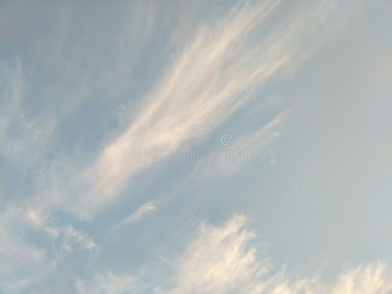 Pionowo wizerunek niebieskie niebo i biel chmurnieje na dniu zdjęcia royalty free