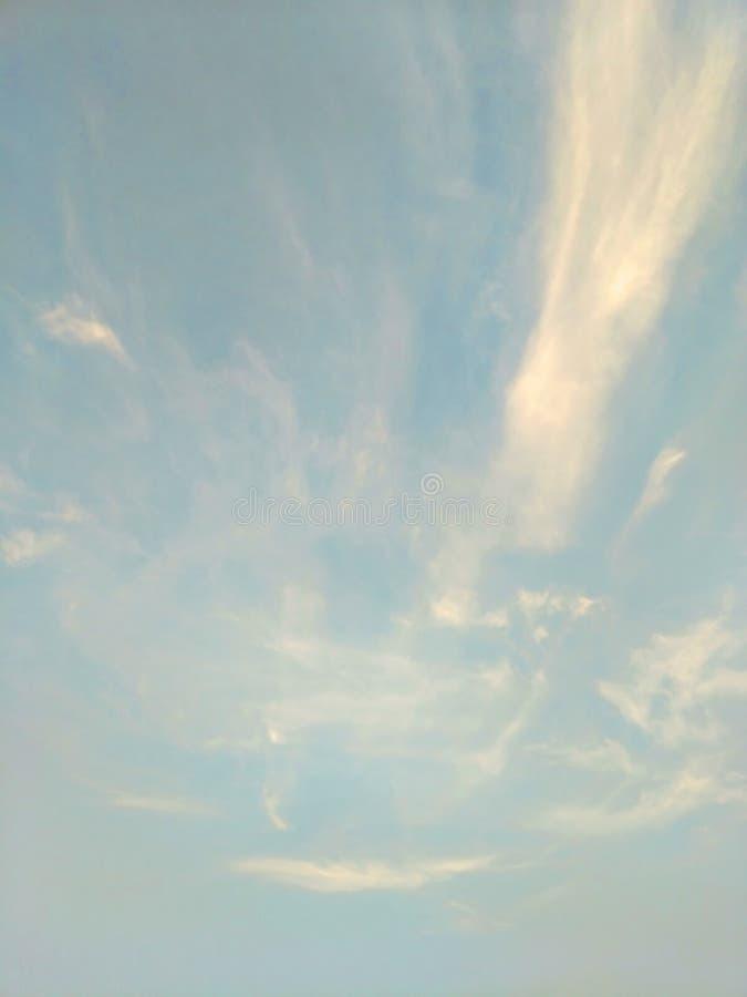 Pionowo wizerunek niebieskie niebo i biel chmurnieje na dniu zdjęcie royalty free