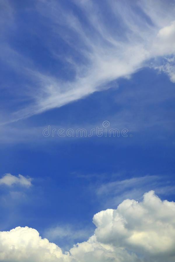 Pionowo wizerunek Różny chmury na Wibrującym niebieskim niebie fotografia stock