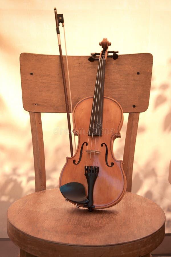 Pionowo wizerunek skrzypce na krześle stonowany fotografia royalty free