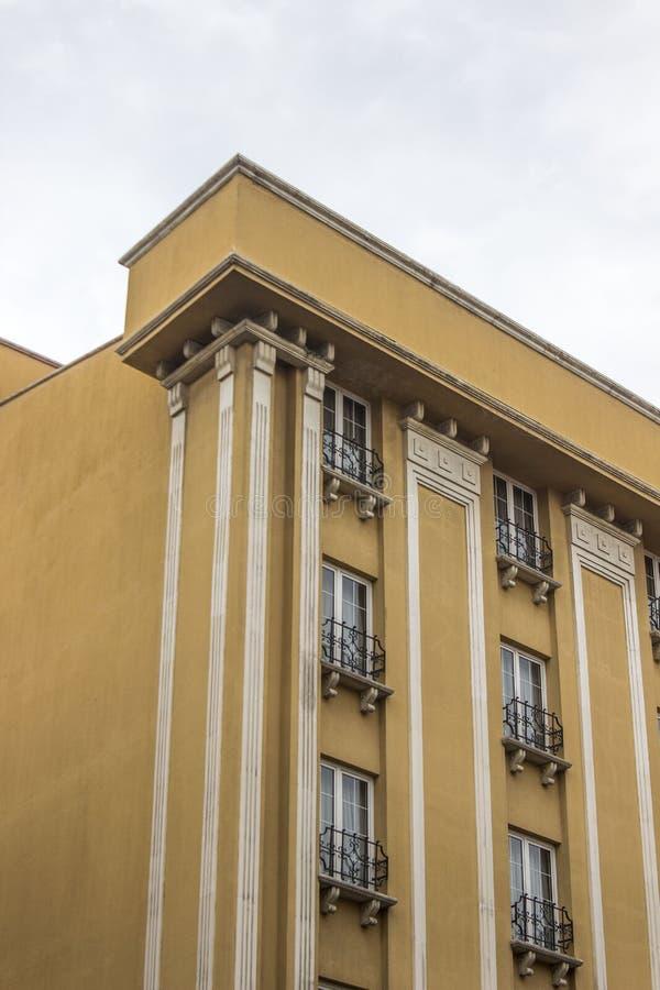 Pionowo zakończenie strzał stary zbrojony bladożółty barwiony betonowy hotel w Ankara przy Turcja zdjęcia stock