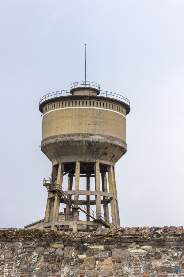 Pionowo zakończenie strzał stary zbrojony bladożółty barwiony betonowy zbiornika wodnego wierza w Izmir przy Turcja zdjęcia royalty free