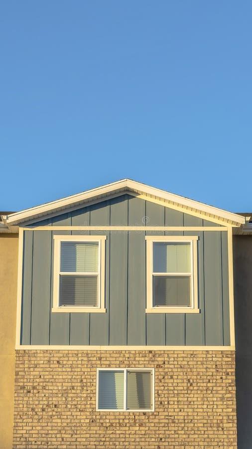 Pionowo zakończenie w górę widoku nasłoneczniona dom miejski powierzchowność z jasnym niebieskiego nieba tłem zdjęcie royalty free