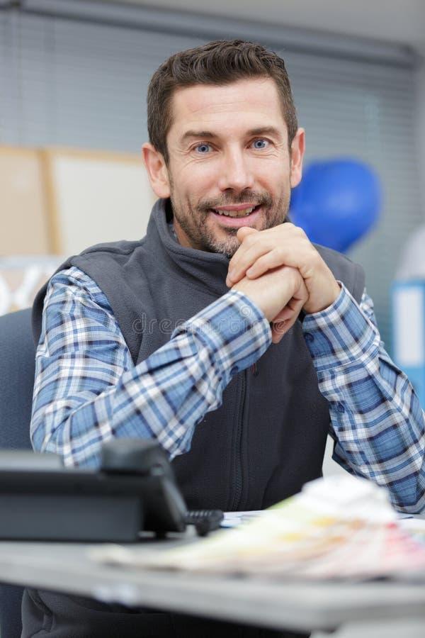 Pionowy mężczyzna oglądający kamerę w biurze zdjęcia royalty free