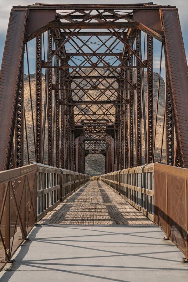 Pionowy strzał mostu Guffey w Idaho, Stany Zjednoczone zdjęcia stock