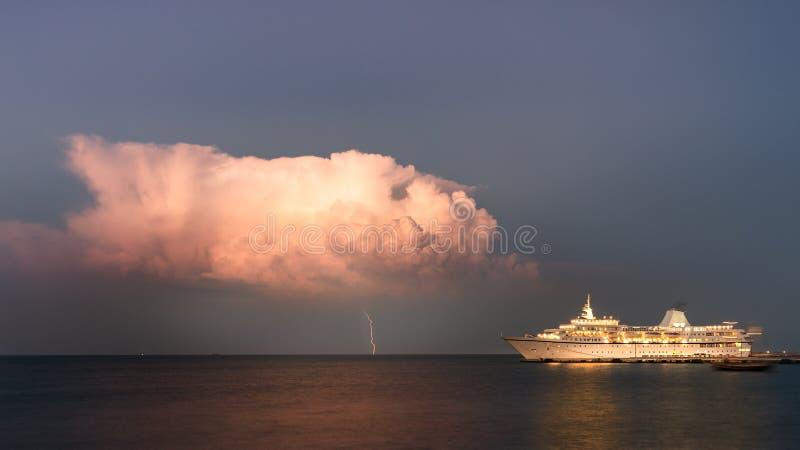 Piorun od jeden burzowej chmury obok statku wycieczkowego dokował przy wieczór w Rhodes, Grecja zdjęcie stock
