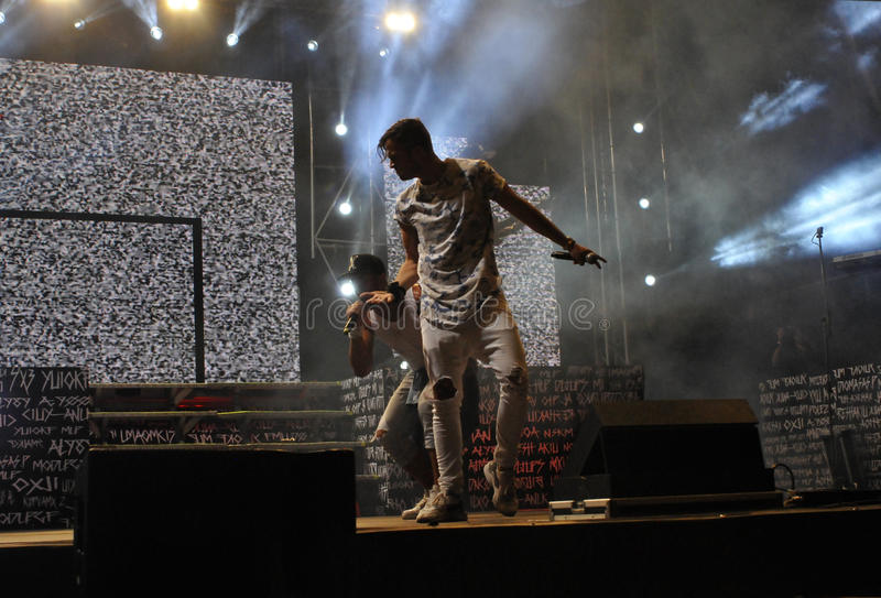 Piosenkarz i tancerze na scenie, światła reflektorów, sukces fotografia stock