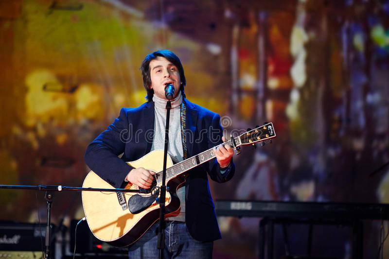 Piosenkarz Peter Nalitch wykonuje na scenie obrazy royalty free