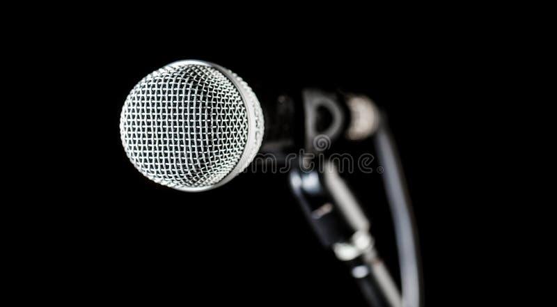 Piosenkarz w karaoke, mikrofony Muzyka na żywo, audio wyposażenie Zbliżenie mikrofon, makro- mic, karaoke, koncert, głos obraz royalty free