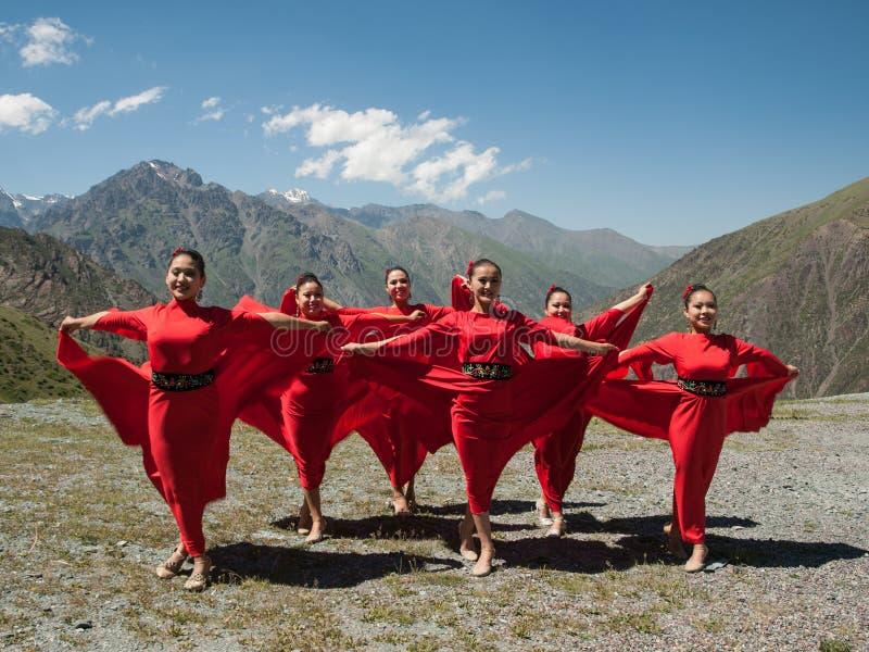 Piosenkarz z tancerzami w górach w Kirgistan obrazy stock