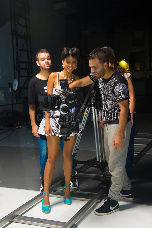 Piosenkarza i załoga dopatrywania kamery Viewfinder, ekranizacja teledysk fotografia royalty free