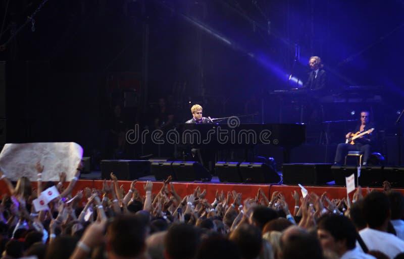 Piosenkarza Sir Elton John wykonuje na scenie obrazy stock