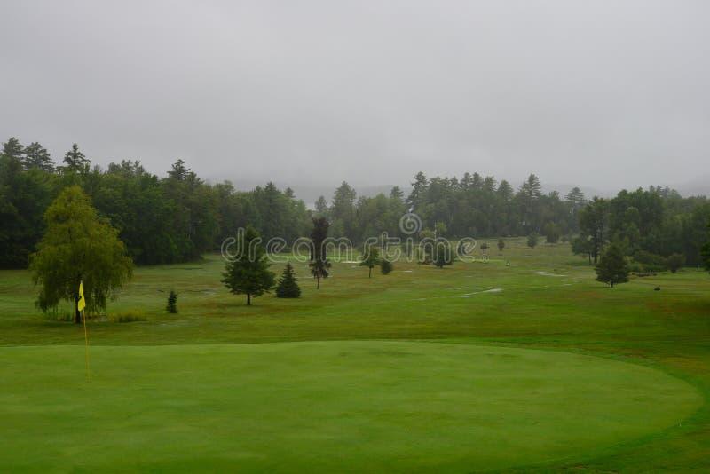 Piovendo sul campo da golf fotografia stock