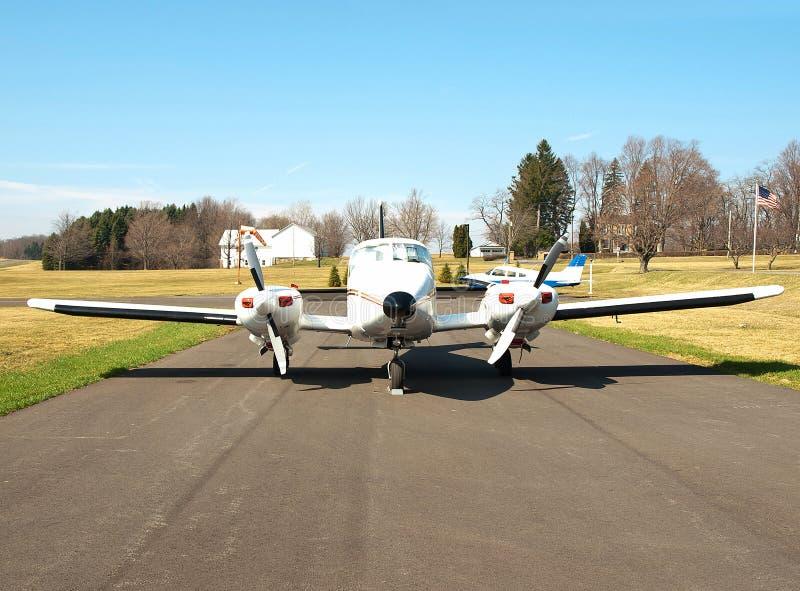 Flygplan på en lantlig airfield royaltyfria bilder