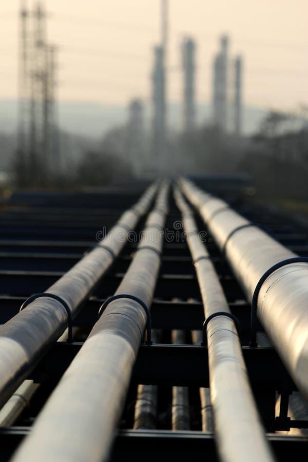 Pipe avec le pétrole allant à la raffinerie photos stock