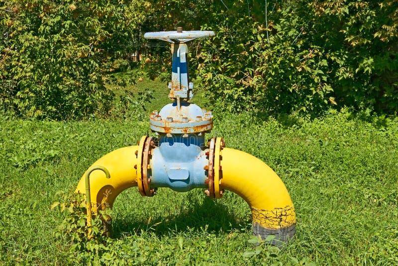 Pipe de gaz avec une soupape contre la nature photo libre de droits