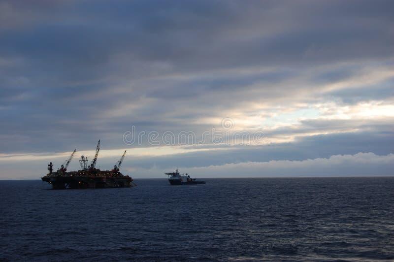 Pipelayinglastkahn, der in der Nordsee arbeitet stockfotografie