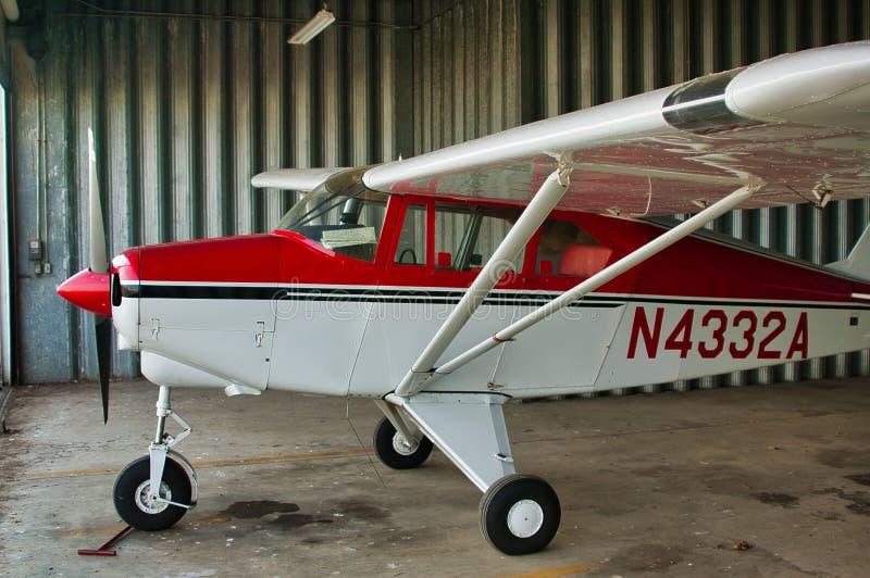 Piper tri-pacer-flygplan i en hangare royaltyfri bild