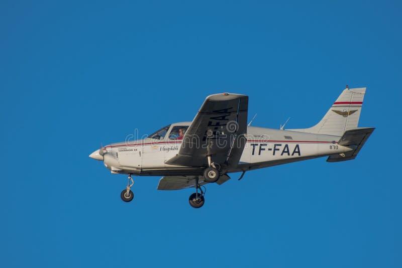 Piper Warrior II du vol d'école de vol d'Akureyri dans le ciel image stock