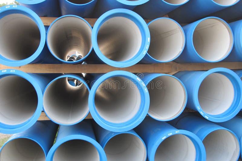 Pipes concrètes pour transporter l'eau et égout photographie stock