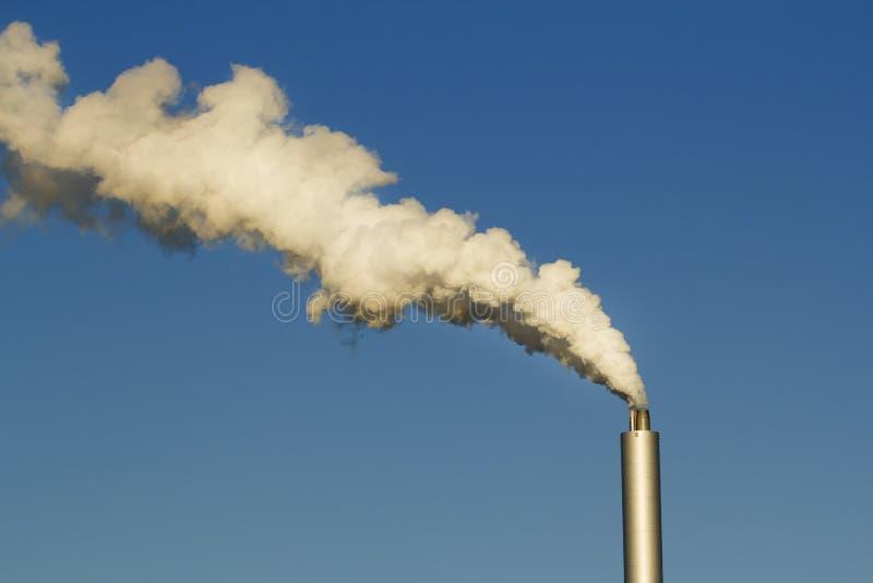 Pipes d'usine avec de la fumée images libres de droits