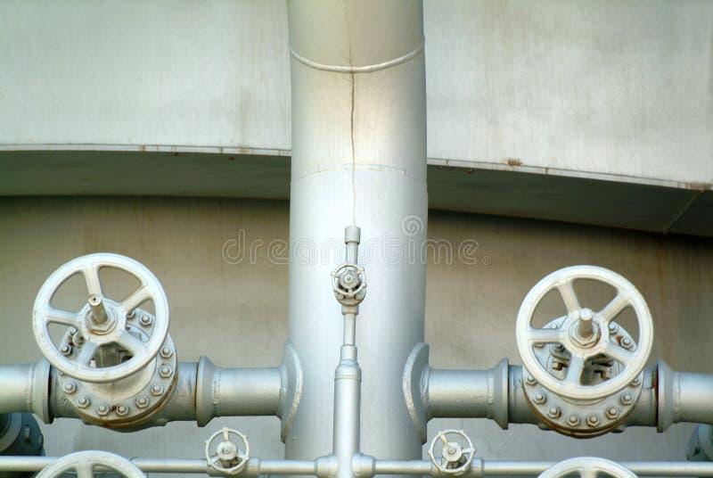pipes den industriella petrochemicalen för fabriken ventiler fotografering för bildbyråer