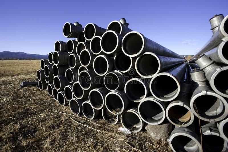 Pipes empilées d'irrigation. photos libres de droits