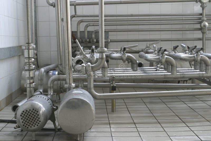 Pipes et soupapes dans la laiterie moderne photographie stock