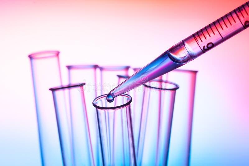 Pipet en reageerbuis in laboratorium royalty-vrije stock afbeelding