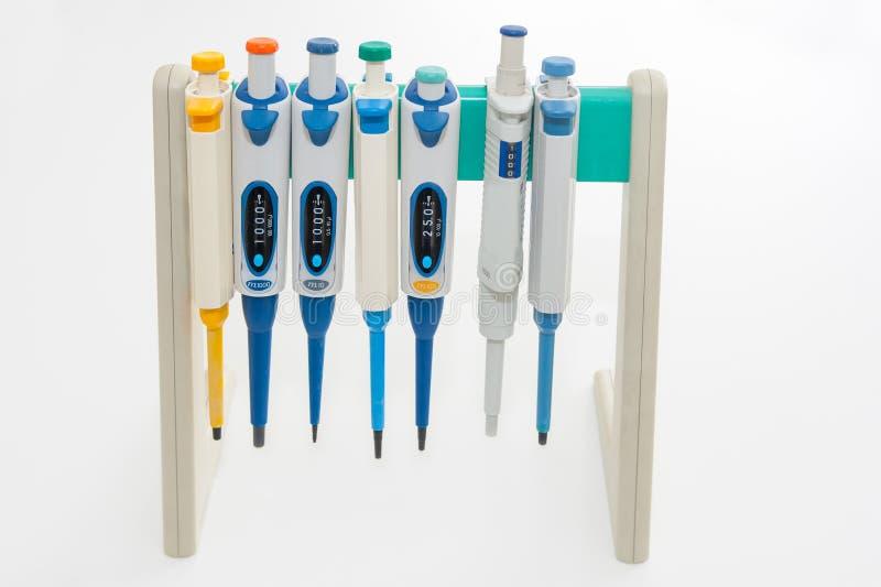 Pipeta médicas coloridas no fundo branco imagem de stock