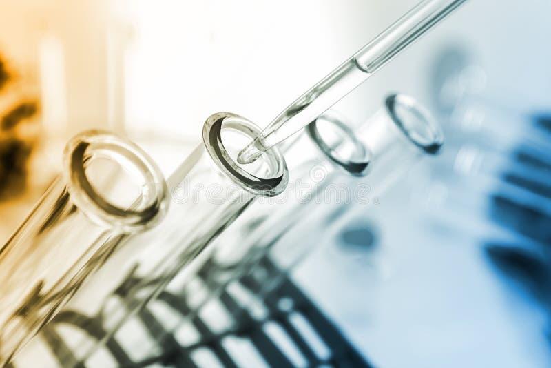 Pipette und Reagenzglas auf farbigem Hintergrund lizenzfreie stockbilder
