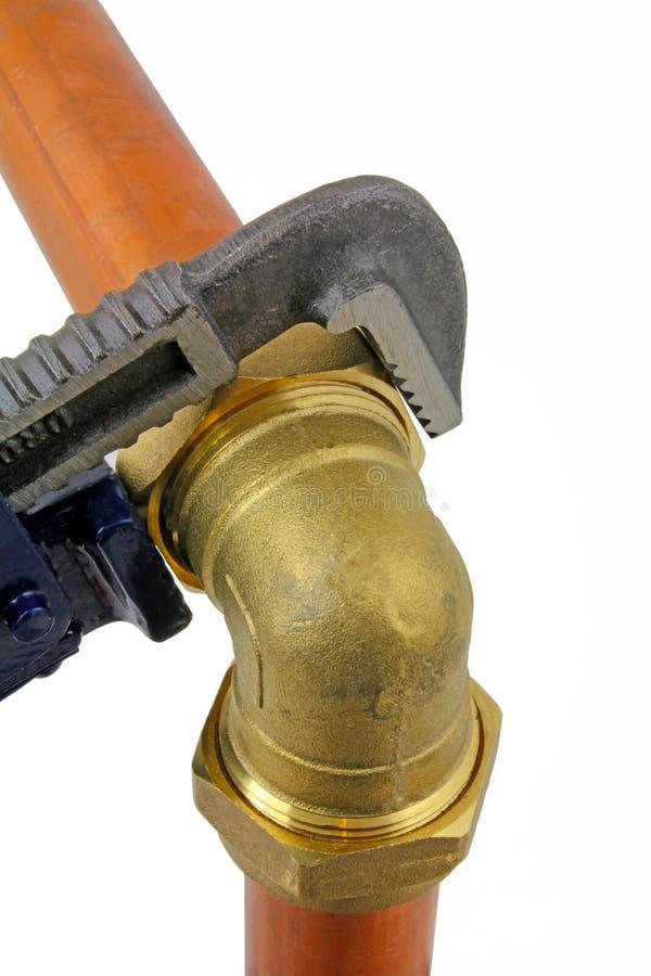 Pipework för koppar för åtstramning för justerbar skiftnyckel för rörmokare` s blå fotografering för bildbyråer