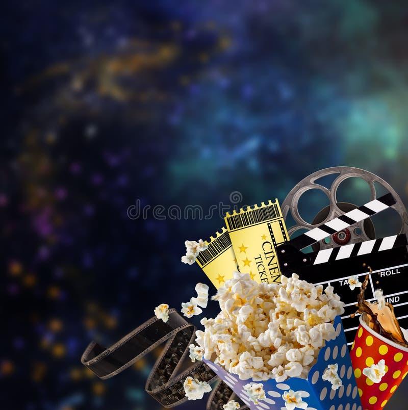 Pipoca, bilhetes do filme, clapperboard e outras coisas no movimento fotografia de stock royalty free
