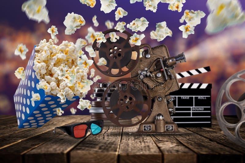 Pipoca, bilhetes do filme, clapperboard e outras coisas no movimento foto de stock