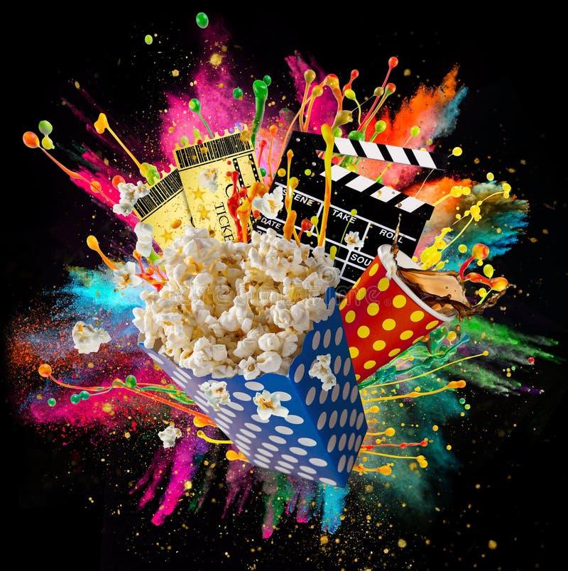 Pipoca, bilhetes do filme, clapperboard e outras coisas no movimento imagens de stock royalty free