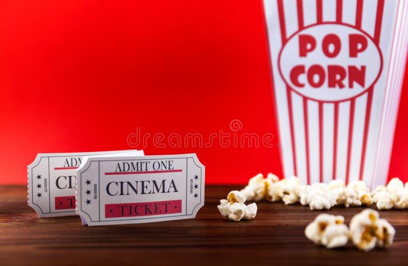 Pipoca com os dois bilhetes vermelhos do filme fotos de stock