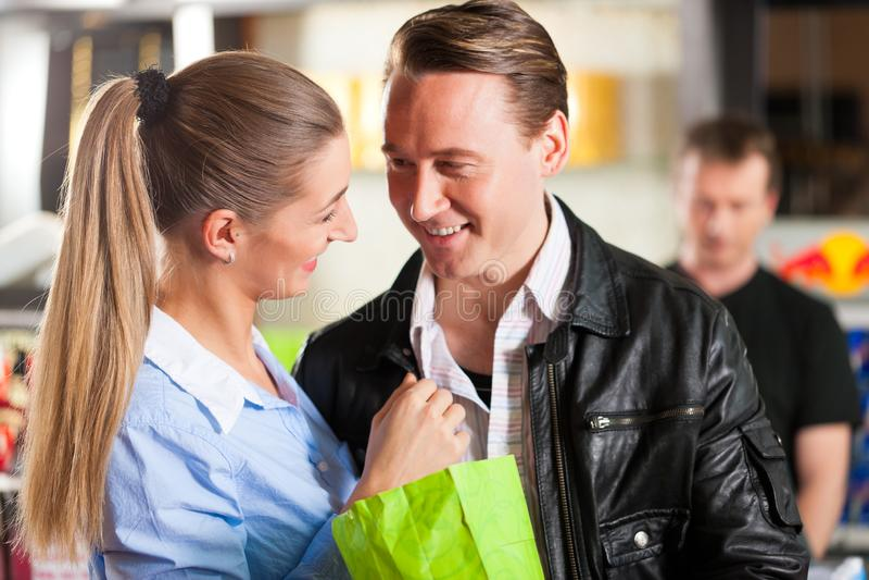 Pipoca de compra dos pares que abraça no teatro imagens de stock royalty free