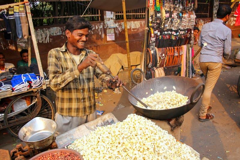 Pipoca de estalo do homem novo no bazar de Kinari em Agra, Uttar Prades fotos de stock royalty free