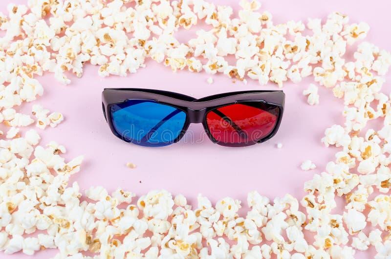 Pipoca e vidros 3D no fundo cor-de-rosa foto de stock royalty free