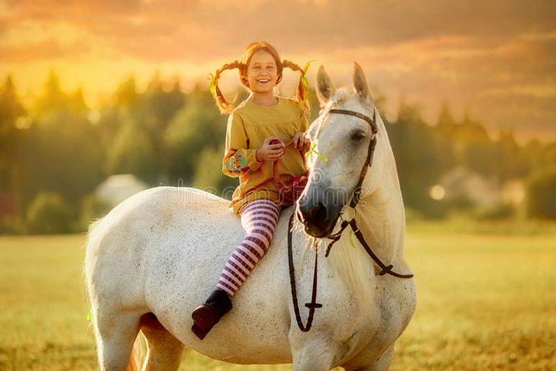Pippi Longstocking met haar paard stock afbeeldingen