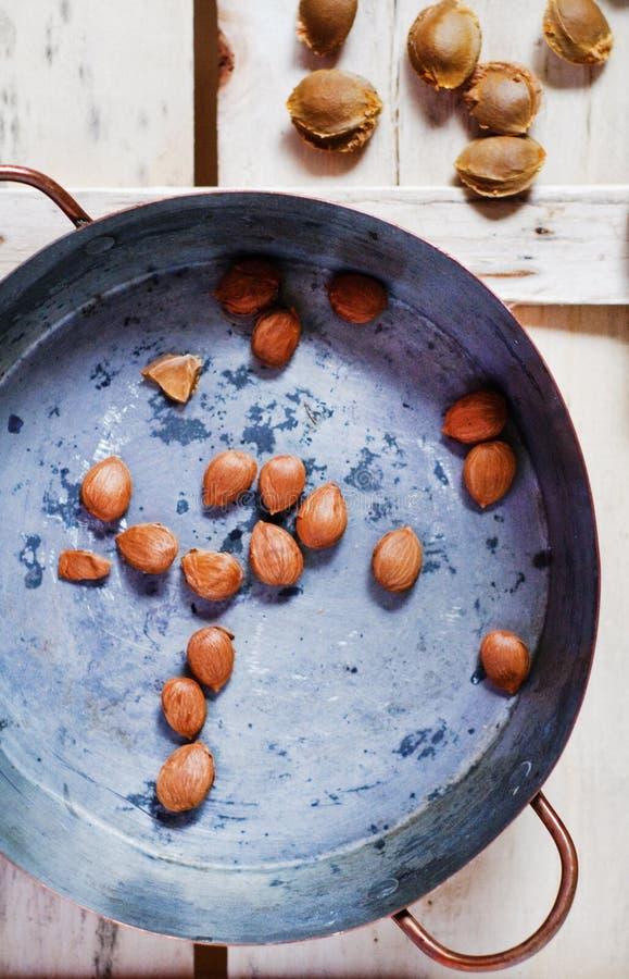 Piqûres d'abricot dans un bac de cuivre image stock