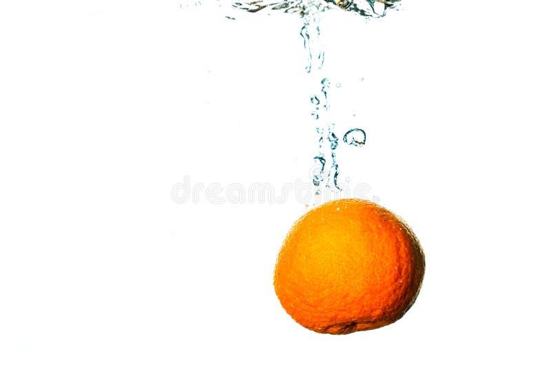 Piqués de fruit frais dans l'eau froide photos libres de droits
