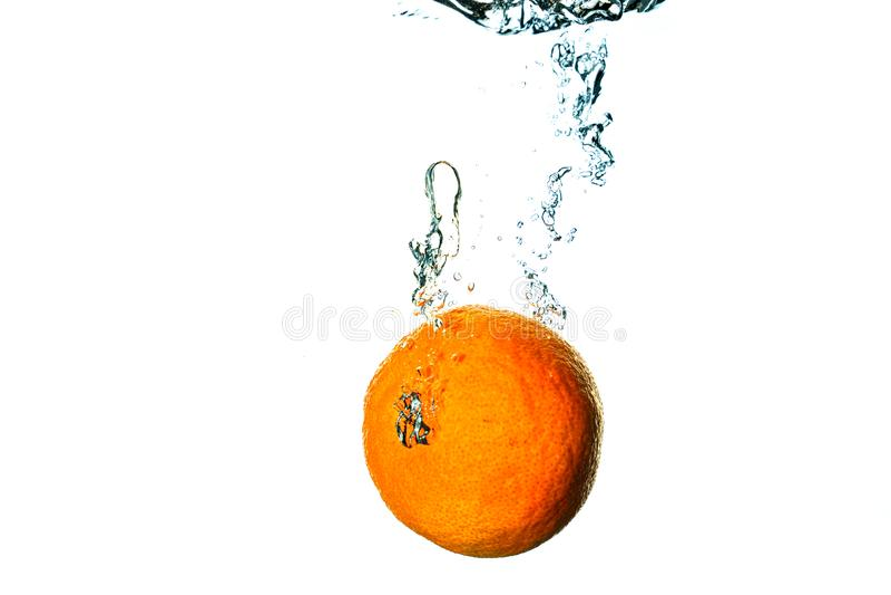 Piqués de fruit frais dans l'eau froide avec l'éclaboussure images stock