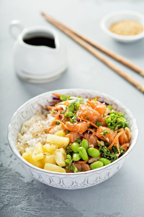Pique a bacia com salmões, arroz e os vegetais crus imagem de stock royalty free