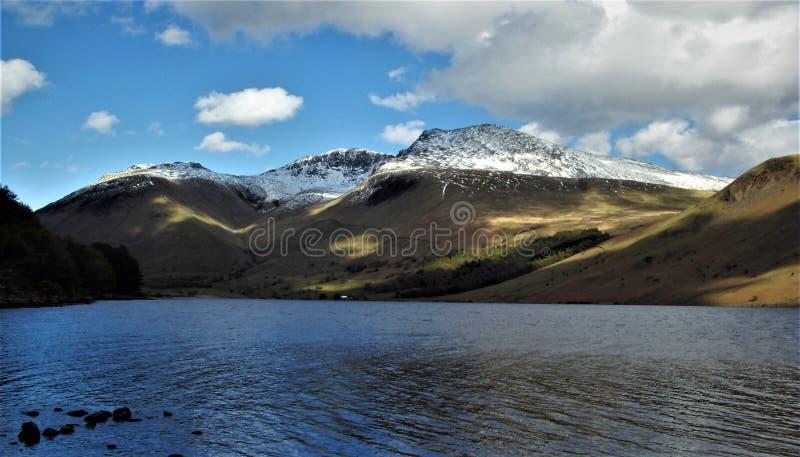 Pique de Scafell coberto com a neve imagem de stock royalty free