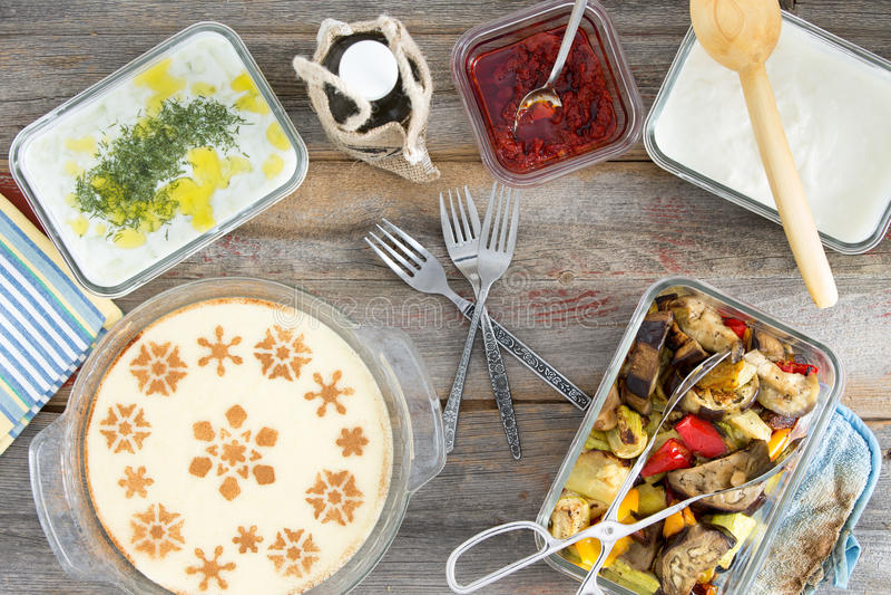 Pique-nique avec les veggies et le dessert grillés de semoule image stock
