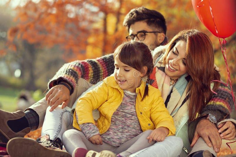 Pique-nique d'automne de famille images libres de droits