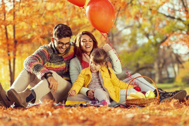Pique-nique d'automne de famille image stock